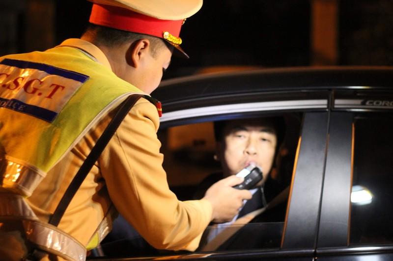 Chỉ nhấp 1 ngụm rượu, tài xế vẫn bị phạt tiền, tạm giữ xe - ảnh 2