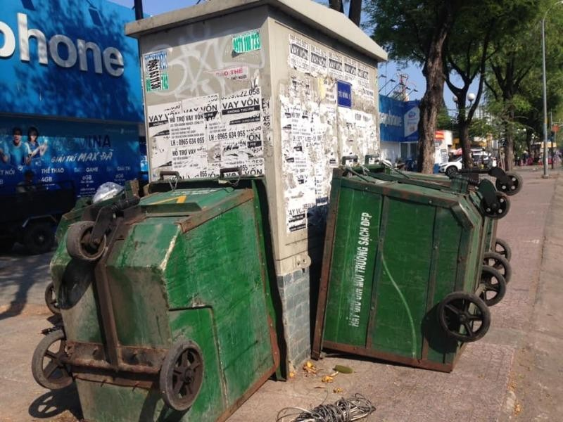 Xe lấy rác quây tủ điện - ảnh 1