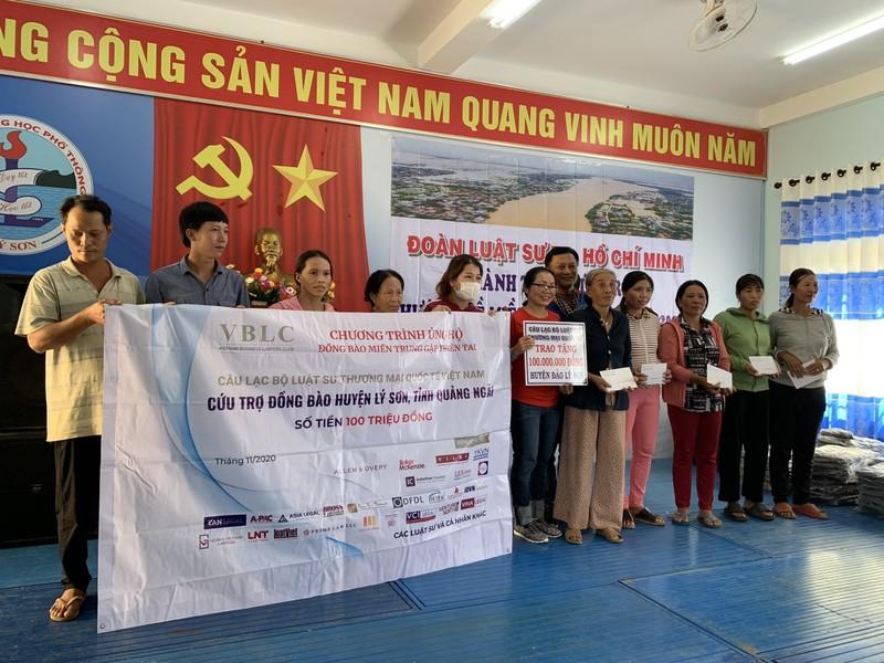 Đoàn luật sư TP.HCM trao tiền cứu trợ tại miền Trung - ảnh 1