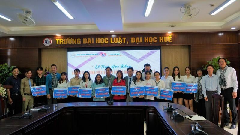 Đoàn luật sư TP.HCM trao tiền cứu trợ tại miền Trung - ảnh 3
