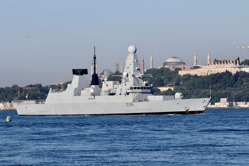 Moscow nói tàu khu trục Anh bị Nga bắn cảnh cáo, 'ném bom ngăn chặn' gần Crimea - ảnh 2