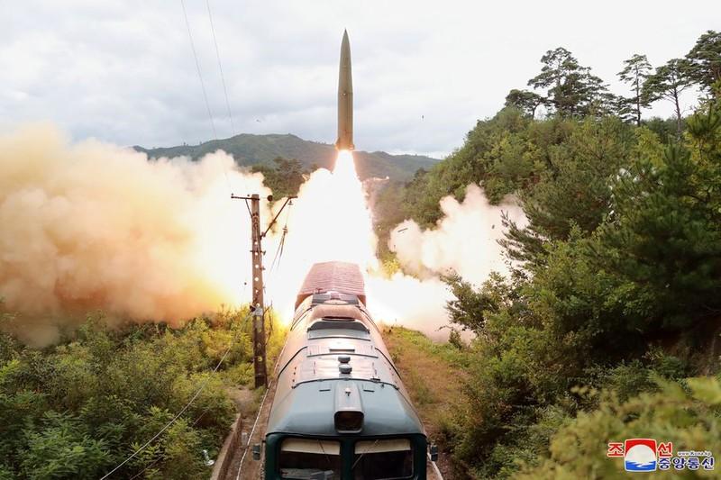 Ảnh: Triều Tiên thử nghiệm tên lửa phóng từ tàu hỏa - ảnh 1