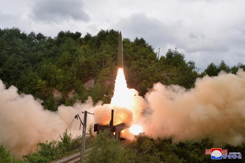 Ảnh: Triều Tiên thử nghiệm tên lửa phóng từ tàu hỏa - ảnh 3
