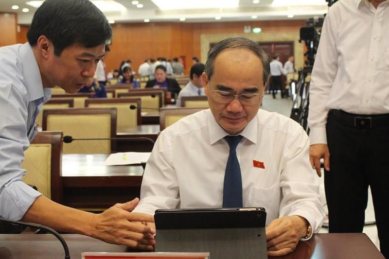 Đại biểu HĐND TP.HCM hào hứng với 'kỳ họp không giấy' - ảnh 1