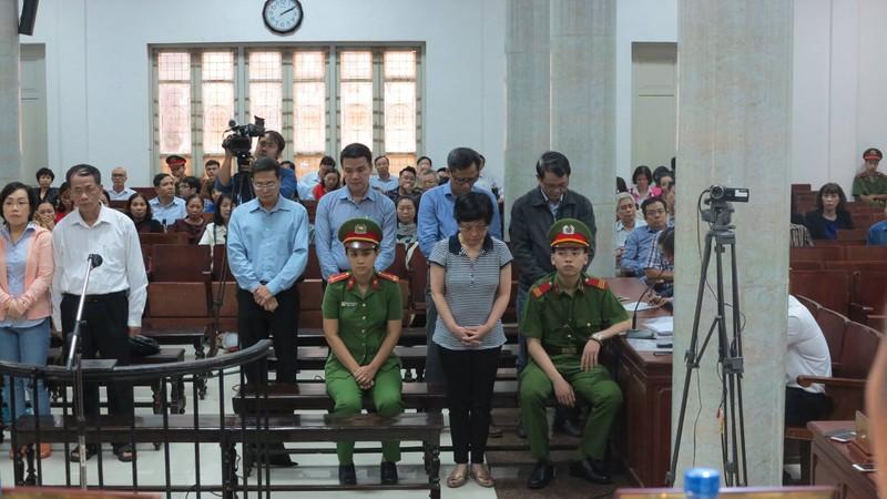 Cựu ĐBQH Châu Thị Thu Nga cúi đầu nghe tuyên án.