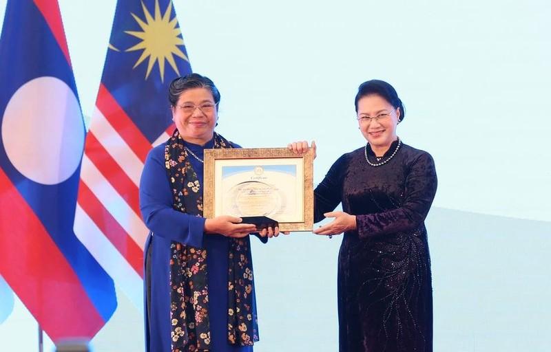 AIPA 41 trao giải thưởng vì sự cống hiến cho bà Tòng Thị Phóng - ảnh 2