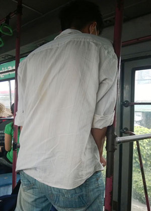 Trấn lột bằng kim tiêm trên xe buýt - ảnh 1