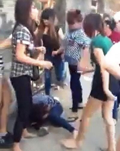 Một thiếu nữ bị đánh hội đồng trên phố - ảnh 1