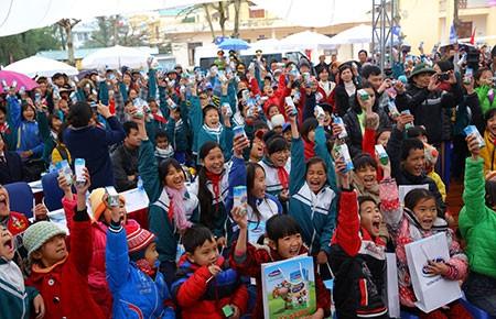 Trao 49.000 ly sữa cho trẻ em huyện đảo Cô Tô - ảnh 1