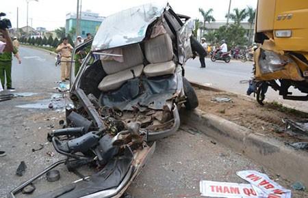 Xe khách bị hai lần tông, hàng chục người thương vong - ảnh 1