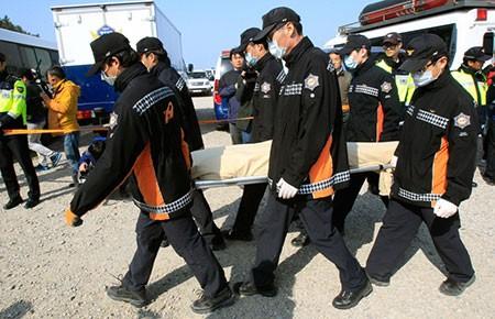 Thảm kịch phà chìm Sewol: Tạm giữ ba thuyền phó, một máy trưởng - ảnh 1