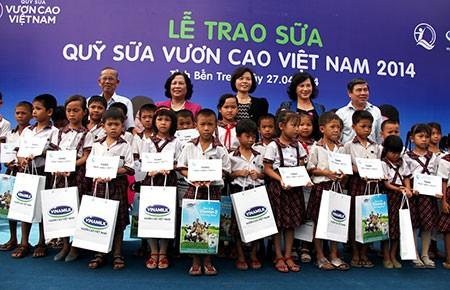 Vinamilk trao 77.000 ly sữa cho trẻ em Bến Tre - ảnh 1