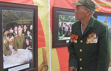 Triển lãm ảnh chiến thắng Điện Biên Phủ bên lăng mộ Đại tướng - ảnh 1