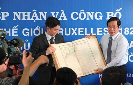 Tiếp nhận bộ tài liệu khẳng định chủ quyền biển, đảo Việt Nam - ảnh 1