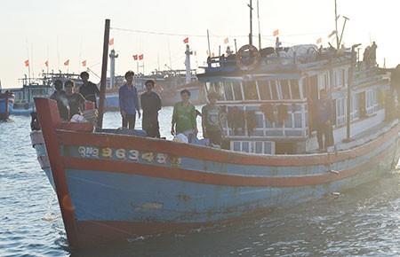 Tặng 25 tỉ đồng giá trị bảo hiểm thân tàu cho 50 tàu cá ngư dân Lý Sơn - ảnh 1