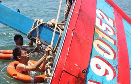 Trục vớt thành công tàu cá bị tàu Trung Quốc đâm chìm - ảnh 1