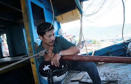 Lỗ thủng trên thân tàu cá Việt Nam tố sự hung bạo của tàu Trung Quốc - ảnh 1