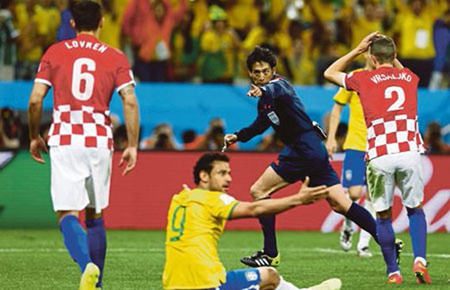 Dư âm trận khai mạc Brazil - Croatia (3-1): Quyền trợ giúp! - ảnh 2