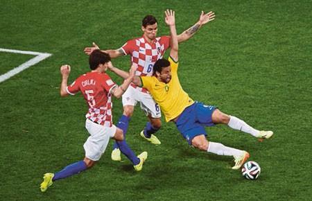 Dư âm trận khai mạc Brazil - Croatia (3-1): Quyền trợ giúp! - ảnh 1