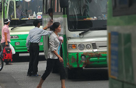 """Xe buýt cũ tiếp tục """"tung hoành"""" - ảnh 1"""