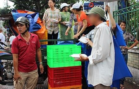 Lãng phí cơm, cháo từ thiện - ảnh 1