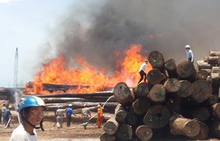 Cháy lớn tại cảng Quy Nhơn - ảnh 1