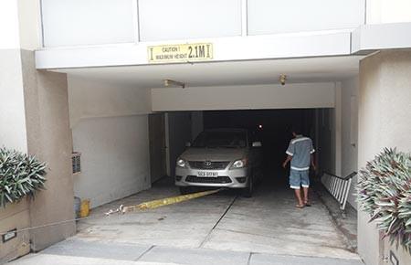 Ai bồi thường bảy ô tô bị chìm trong tầng hầm? - ảnh 1