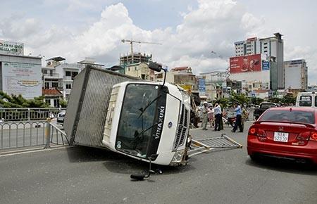 Xe tải lật nhào trên cầu vượt  - ảnh 1