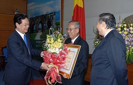 Trao huân chương Hồ Chí Minh cho hai nguyên phó thủ tướng  - ảnh 1