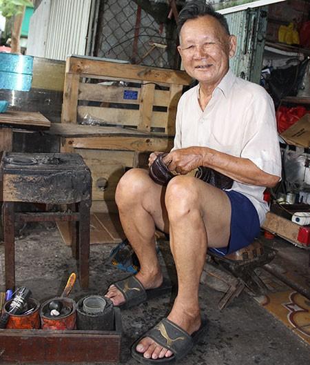 Ông già sửa giày mê phượt - ảnh 1