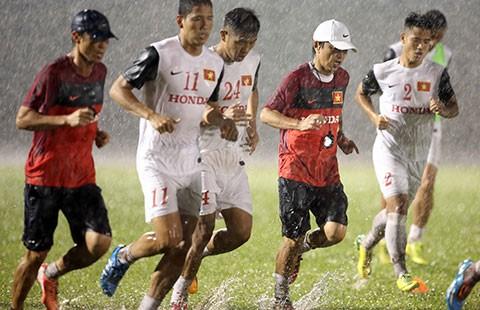 ĐTVN chuẩn bị AFF Cup: Thao trường đổ mồ hôi - ảnh 1