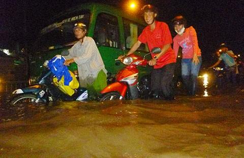 TP.HCM: Mưa lớn, nhiều nơi ngập nặng - ảnh 1