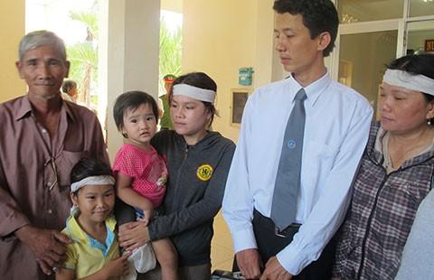 Vụ năm CA đánh chết người ở Phú Yên: CA, tòa, viện đòi 'xử' luật sư - ảnh 1