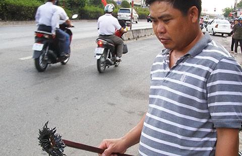 Hai thanh niên chống 'đinh tặc' trên cầu An Phú Đông - ảnh 1