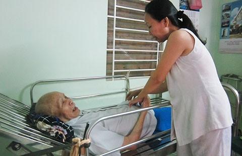 Người già mỏi mòn chờ tăng trợ cấp  - ảnh 1