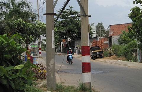 Trụ điện mọc giữa đường  - ảnh 1