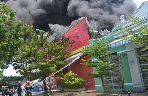 Cháy xưởng sơn, thiệt hại 10 tỉ đồng  - ảnh 1