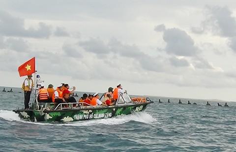 Tàu hải quân giải thoát ngư dân khỏi cướp biển - ảnh 1