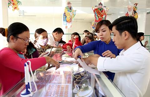 Người dân chen chúc mua vàng cầu sung túc - ảnh 1