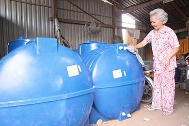 Cụ già cho nước miễn phí giữa vùng hạn mặn - ảnh 2
