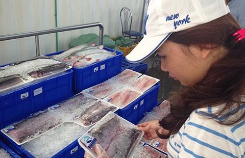 'Thượng đế'  bất ngờ với cá ...đeo thẻ ở siêu thị - ảnh 1