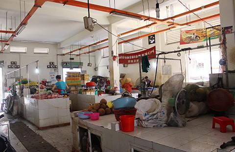 Chợ tự phát lấn át chợ Văn Thánh - ảnh 1
