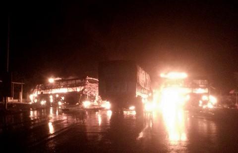 12 người thiệt mạng trên 3 ô tô bốc cháy - ảnh 1