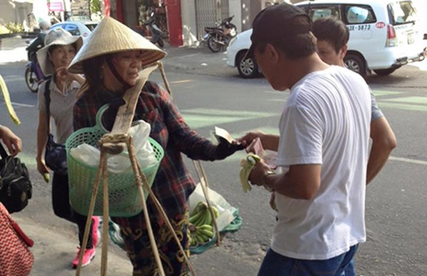 Khách Trung Quốc giật nón chị bán chuối - ảnh 1