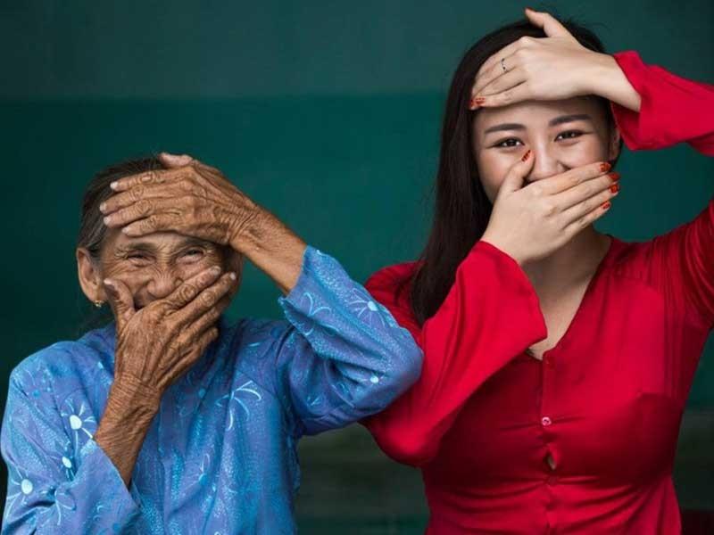 Tác giả 'cụ bà Việt đẹp nhất thế giới' tặng sách  - ảnh 1