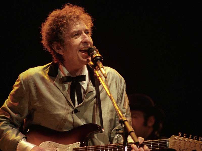 Thế giới bút chiến việc Bob Dylan ẵm Nobel - ảnh 1