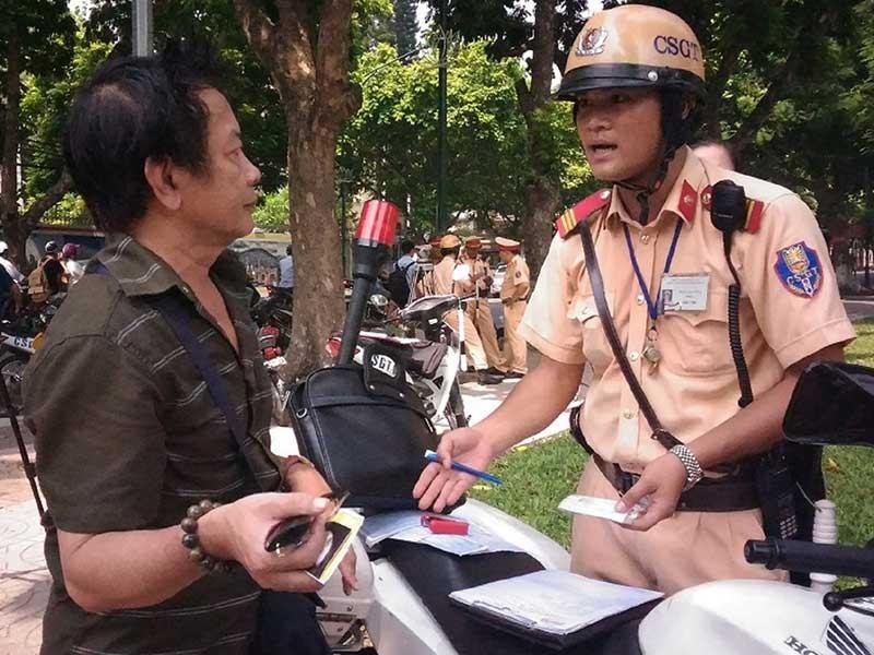 Phạt giao thông: Dân có quyền đòi bằng chứng - ảnh 1