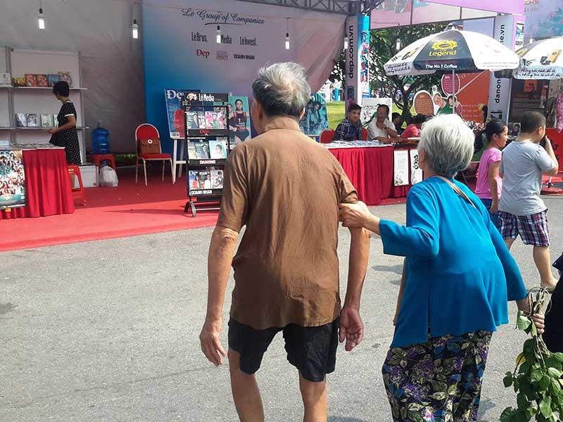 Hai người già ở hội sách - ảnh 1