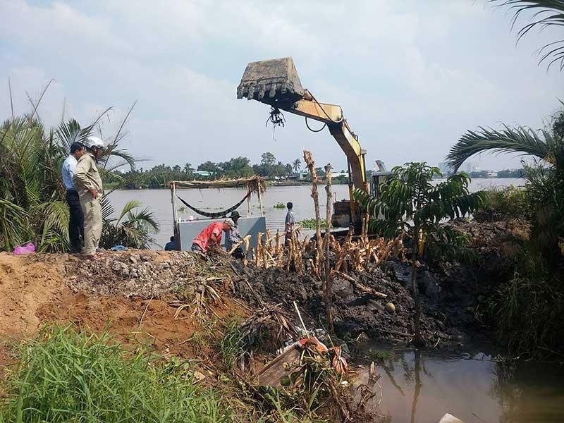 Nước tràn bờ bao sông Sài Gòn, dân không kịp trở tay - ảnh 1