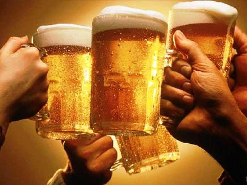 Uống nửa lít bia mỗi ngày ngừa đột quỵ - ảnh 1